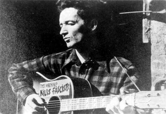 THIS LAND IS YOUR LAND (Testo e musica di Woody Guthrie)